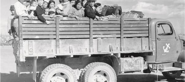 136 トラックで移動する人々