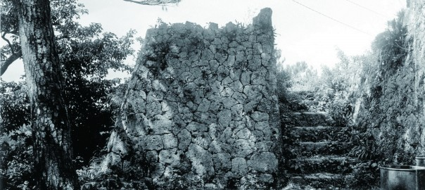 13 中城城跡 北の郭からみた裏門