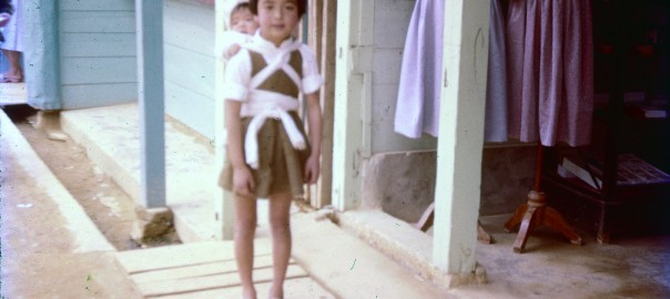 194 赤ちゃんを背負う子ども