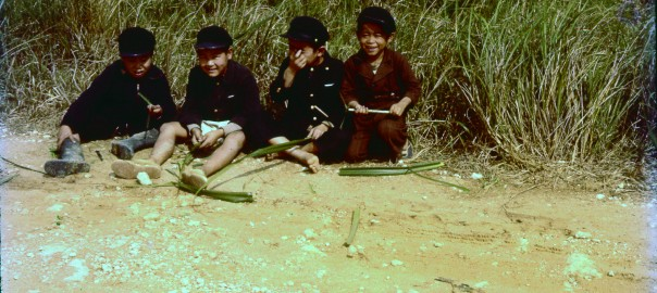 195 アダンの葉で遊ぶ子ども
